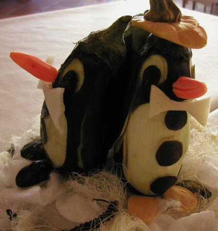 pinguine aus aubergine gem seschnitzereien. Black Bedroom Furniture Sets. Home Design Ideas
