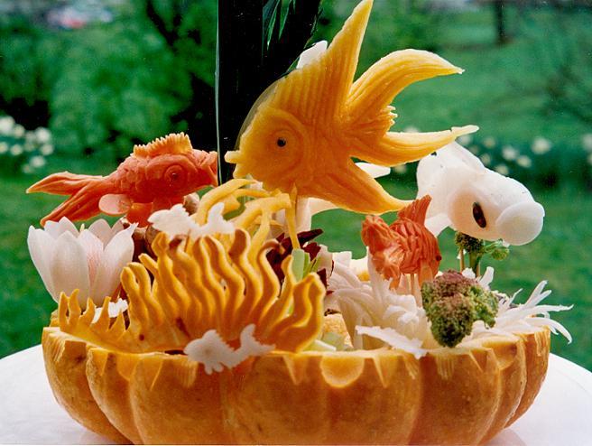 Aquarium mit Fischen aus Kürbis und Rettich