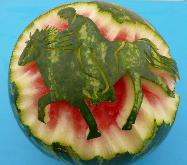 Melone mit töltendem Pferd